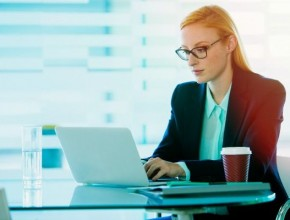 Бизнес дама пред компютъра си