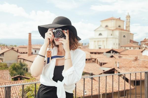 Момиче с фотоапарат