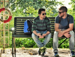 Две момчета на пейка