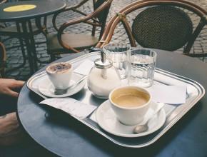 Две чаши с кафе и вода